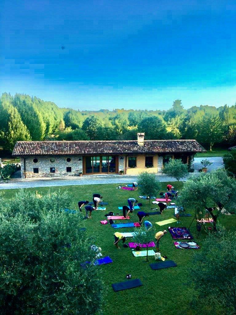 A piedi nudi nel parco di Villa Iachia