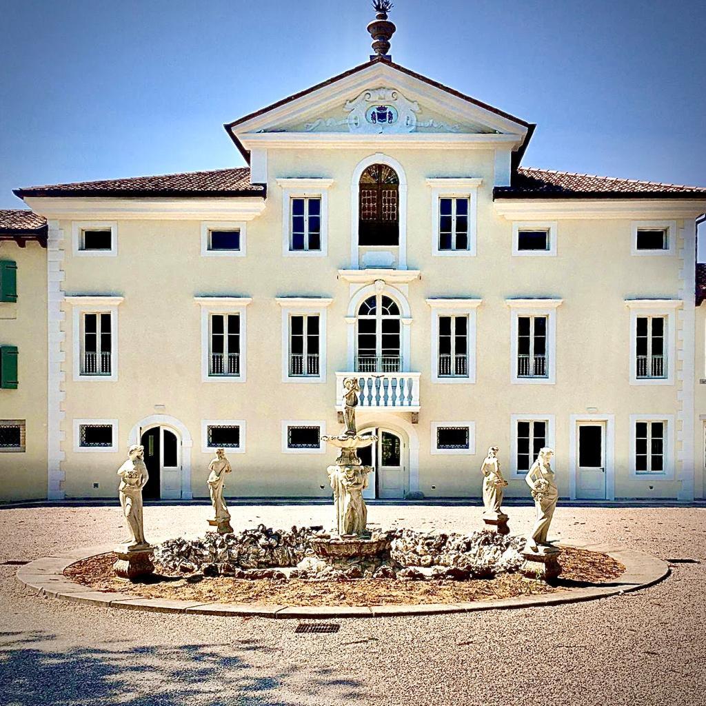 Matrimonio raffinato, moderno, ma con un tocco di storia: Sposarsi a Villa Trovatore Rossato